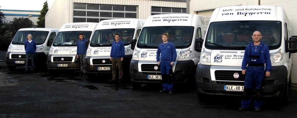 Unsere Techniker mit ihren Fahrzeugen
